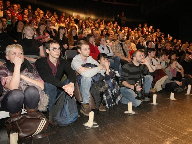 Podpořit herce Činoherního studia v pátek večer přišly stovky Ústečanů.