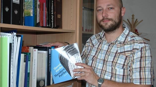 Ústecký historik Martin Zubík vydal lehce popularizační knihu Slavné stavby Theodora Petříka, která představuje život a dílo zakladatele moderního zemědělského stavitelství.