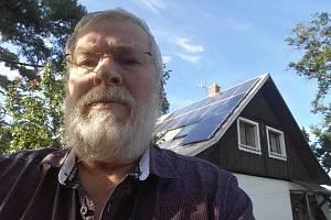 Jiří Zima vystavěl fotovoltaickou elektrárnu na střeše svého domu na Střekově.