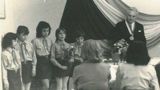 Vítání občánků v Malém Březně v roce 1974, starosta Bohumil Kopet a pionýrky
