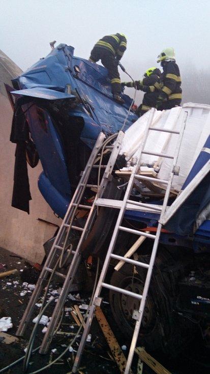 Hasiči vyprostili spolujezdce ze zdemolované kabiny kamionu na dálnici D8