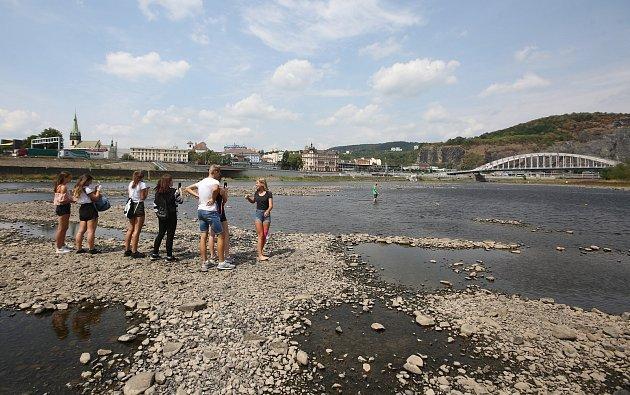 Velké sucho opět odhalilo část dna řeky Labe vÚstí nad Labem.