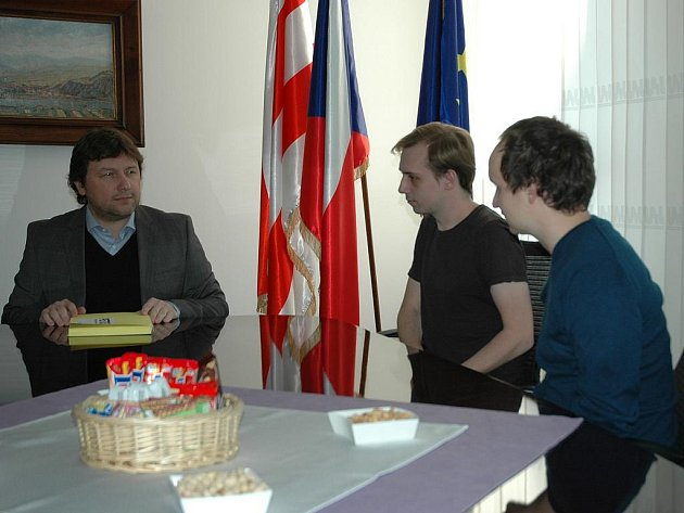 Petici primátoru Vítu Mandíkovi předali zástupci sdružení Váš Střekov Tomáš Petermann a Jan Hrouda.