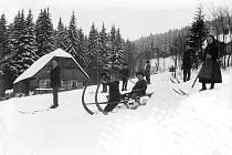 Zahřejeme vás vzpomínkami, pošlete nám svoje! Na historických snímcích z počátků dvacátého století je patrné, že naši předkové se v zimě bavili klouzáním po sněhu úplně stejně jako my.