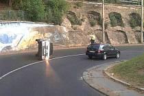 Ústečané se na internetu baví nad fotografiemi řidičů, kterým se v posledních dnech podařilo ve městě převrátit jejich automobily na bok.