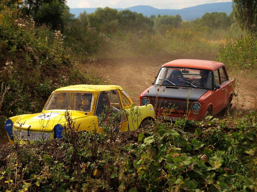 Žlutý trabant s číslem 41 obdivovali snad všichni nejen z nostalgické vzpomínky, ale především pro jeho řidičku osmnáctiletou Denisu Pappovou.