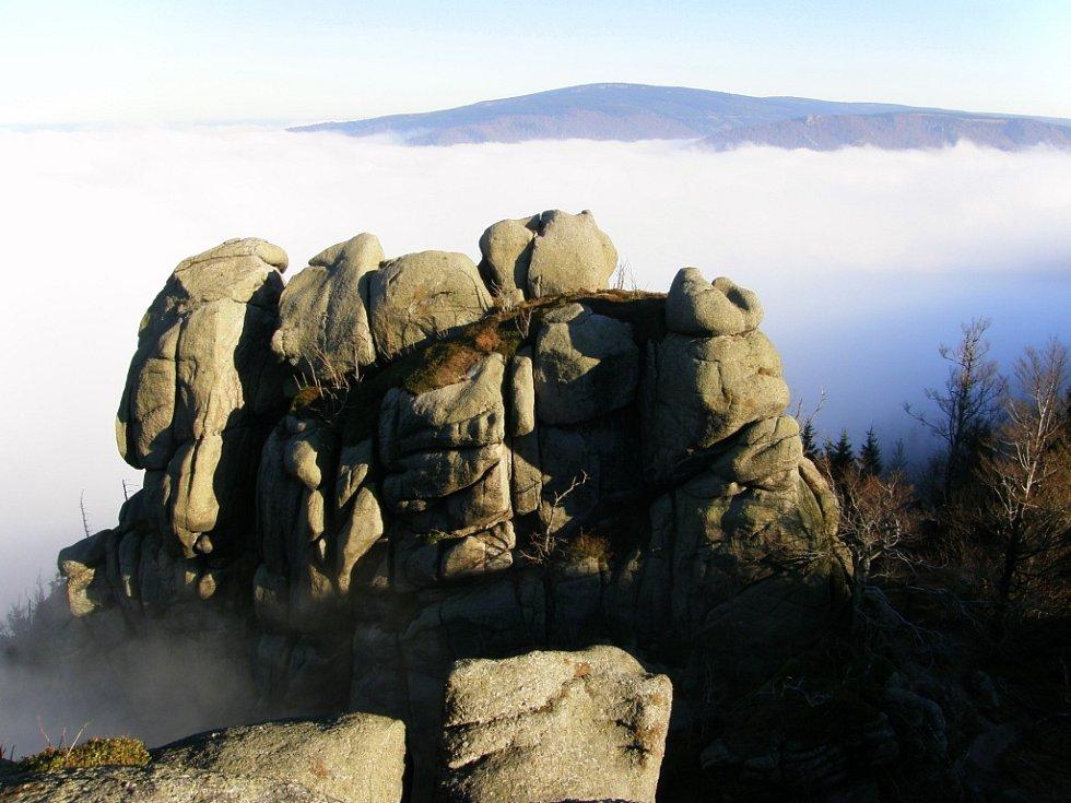 Frýdlantské cimbuří, v pozadí Paličník a vrchol Smrku.