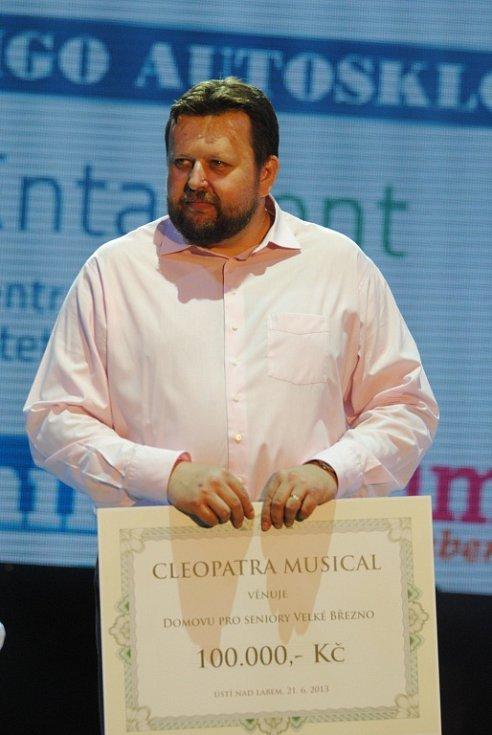 Tomáši Křížovi z domova seniorů a náměstkyni Zuzaně Kailové předal šek Michal David.