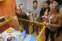 Modelky mají každoročně naplánovanou i návštěvu ústecké nemocnice, kde potěší děti dárky.