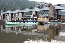 Kolesový parník Meissen proplul plavební komorou na Střekově.