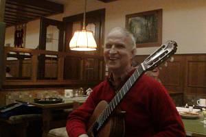 """Nevidomý Jiří Jelínek je varhaník a kytarista. """"Učím zejména kytaru. Jak dítě hraje, kontroluji hlavně sluchem,"""" říká."""