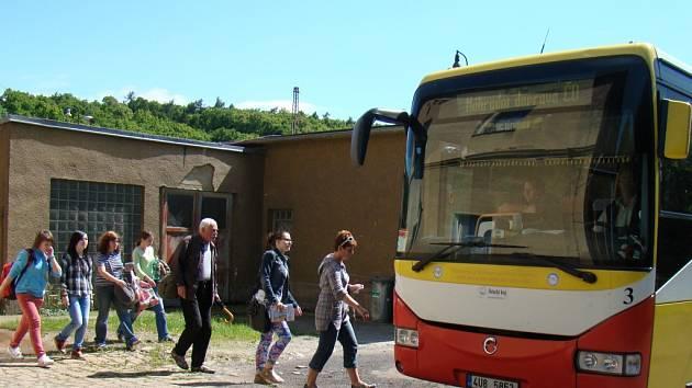 Cestující musí přestoupit na náhradní autobusovou dopravu.