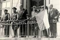 Přátelská idyla měla brzy skončit. Rudá armáda sice respektovala civilní správu ve městě, ale měla nereálné požadavky na ubytování a zásobování vojsk.