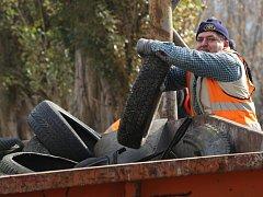 Pracovníci veřejně prospěšných prací a najaté firmy odklízejí kopce sutin a odpadků v ulici Marxova v Předlicích.