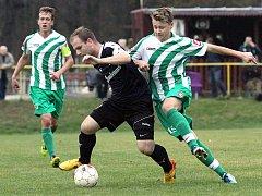 Fotbalisté Libouchce (pruhovaní) slaví druhou výhru v letošním ročníku 1.A třídy.