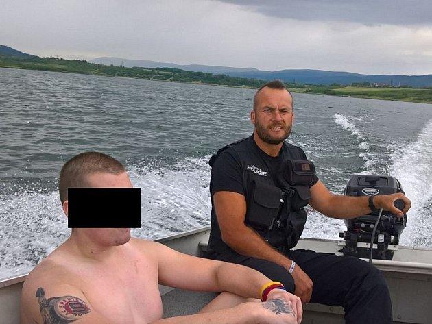 Strážníci zachránili vysíleného plavce.
