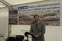 Primátor Kubata hovoří při zahájení stavby obchodního centra Forum