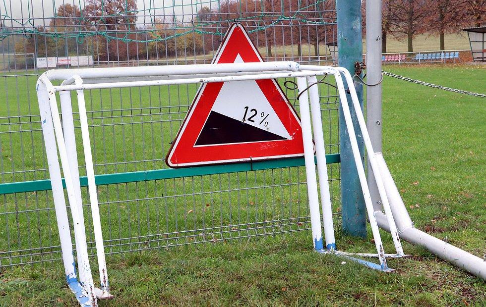 Fotbalové hřiště v Hostovicích je kuriózní sklonem v podélném i příčném směru. Varování u vstupu na plochu