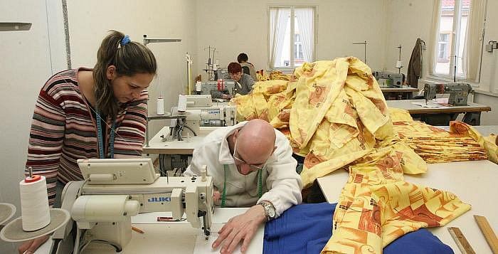 Za šicí mašinou jsem si vyzkoušel nelehkou práci šiček střekovské chráněné dílny. Tamním ženám projdou pod rukama denně stovky metrů látky. Vyrábějí nejen pracovní a zdravotnické oděvy, ale také oblečení pro gastronomii nebo zdravotní obuv.