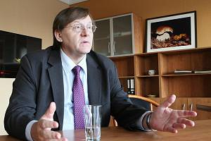 Odstupující rektor univerzity René Wokoun.