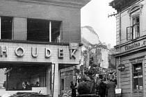 Řeznictví Houdek na dnešním Mírovém náměstí. Po bombardování z Houdkova krámu zůstaly jen trosky. Dnes je v tomto místě novostavba s pobočkou VZP v přízemí.
