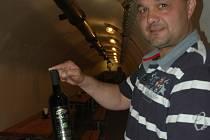 René Růžička láká na dobré víno v ústeckém podzemí.