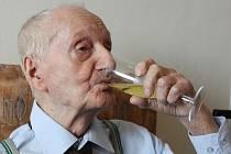 Nejen životní optimismus, ale také radost září v očích jubilanta Antonína Kováře, kterému přišlo gratulovat ke 104. narozeninám mnoho Ústečanů.