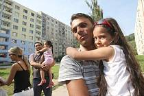 V Mojžíři si místní obyvatelé z panelových domů stěžují na nepořádek a rámus, který zde dělají Romové, kteří se sem houfně stěhují z okolních ústeckých čtvrtí. Na snímku jsou místní Romové, kteří tu bydlí od narození a i oni si stěžují na přistěhované.