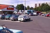 Penny Market, samoobsluha kousek od ústecké Křižíkovy ulice v panelovém sídlišti Krásném Březno, má prostorné a nepříliš využité parkoviště. Od pondělí 12. srpna 2002 se v něm tísnily vozy autoprodejců, podnikové tahače i vozidla obyvatel okolních ulici o