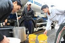 Pracovníci vodáren začali v pátek ráno s opravou vodovodního potrubí.