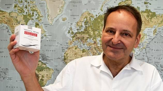 Primář infekčního oddělení ústecké Masarykovy nemocnice Pavel Dlouhý s remdesivirem. Tento lék pomáhá v boji s koronavirem.