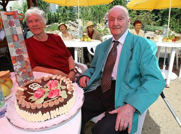 Antonín Kovář nedávno oslavil 103. narozeniny. Mnozí by mu tento věk ale netipovali. Na Anenské pouti oslavil narozeniny tancem, na který se stála fronta.