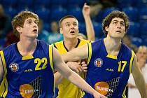Ústečtí basketbalisté Novák (vlevo) a Hojdar, jako by už vyhlíželi postup do nejvyšší soutěže.