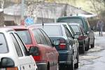 Parkování. Věčný problém nejen v centru města, ale i na Střekově. K nejhorším lokalitám v tomto směru patří například Tolstého, nebo Varšavská a Kramoly.