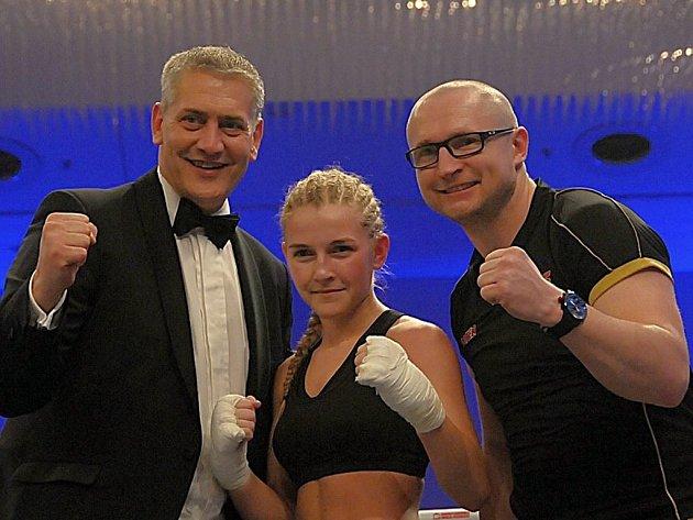 Fabiána Bytyqi porazila Andreu Lakatosovou technickým K.O. Trénoval ji Lukáš Konečný (vpravo).