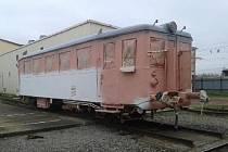 Postup rekonstrukce jednoho z motorových vozů, později vystavovaného na srazu parních lokomotiv v Drážďanech.