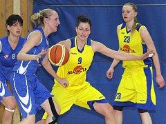 Basketbalistkám ústecké Slunety (vpravo Medunová, uprostřed Kozáková) skončila letošní druholigová sezona.