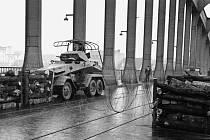 Nacistický obrněný automobil stojí na ústeckém silničním mostu přes Labe v říjnu 1938 po mnichovské zradě spojenců.