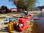 Hasiči čerpají vodu z rybníka v Tisé.