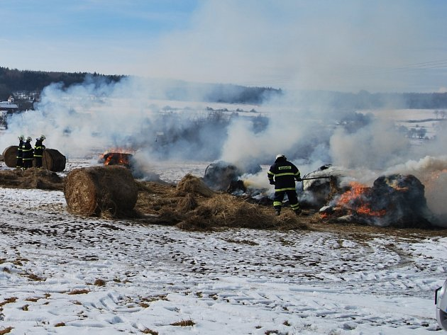 zatím poslední ze série podivných požárů zaplanul v Arnultovicích. Zasahovali u něj profesionálové i dobrovolní hasiči.