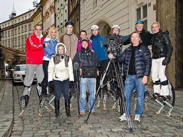 Na skupinovém snímku zleva Zbyněk Čep, Markéta Čepová, Radomír Tymych, Michaela Rybárová, Josef Beneš, Michal Procházka, Dermott Brereton a Ivan Pinkas. Dole členové štábu.
