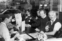 U stolu sedí zleva Jiří Bavor, Milan Jansa, fotograf Zdeněk Prášek, Petr Gandalovič a neznámý. Tak zní popisek pod fotografií v knize. Neznámým (první vpravo) je pravděpodobně dnes již zemřelý sympatický novinář Karel Sedlecký, známý v devadesátých letech