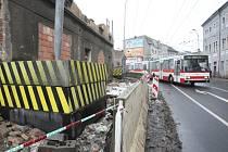 Křižovatkou ulic Tovární a Majakovského, kam o víkendu  spadla část stěny při demolici domu, již v pondělí normálně projížděla auta a trolejbusy. Demolice domu bude pokračovat, bude zde autoservis.