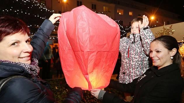 V rámci charitativní akce lidé nakoupili lampiony a vypustili je na Lidickém náměstí.