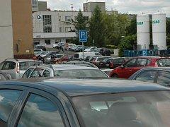 Parkování u Masarykovy nemocnice. Ilustrační foto.