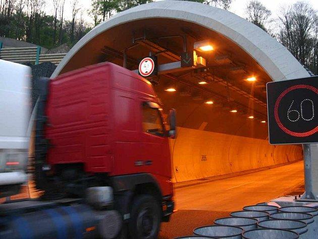 Provoz na dálnici je sveden do jednoho tunelu