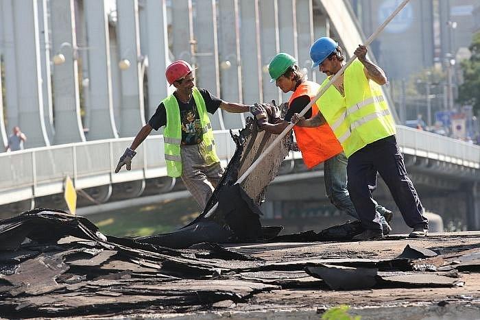 Dělníci začali odstraňovat prázdnou budovu bývalého autoservisu.