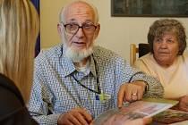 Zachráněný Tomas Graumann jezdí v Čechách po školách s příběhem, jak unikl holocaustu a přežil válku díky Nicholasi Wintonu, který zachránil 669 dětí před smrtí
