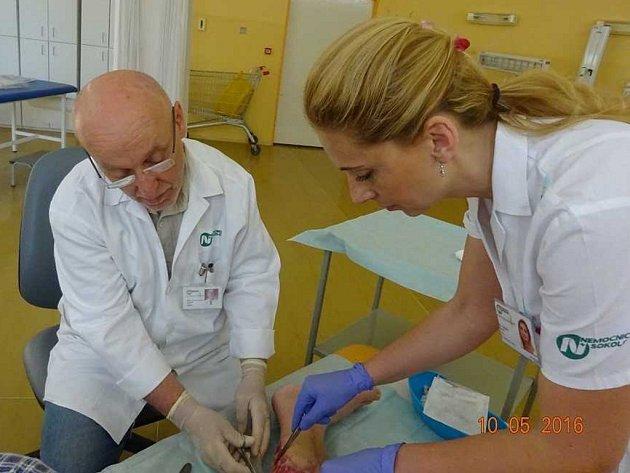 Primář Karel Balabán ošetřuje chronickou ránu v sokolovské nemocnici.