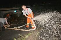 Voda zaplavila železničkní viadukt v Tovární ulici u vlakového nádraží. Ulici pod nánosem bahna a vody neprodleně uzavřeli policisté. Vodu z podchodu odčerpávali drážní hasiči do ranních hodin.